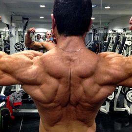 Forgez vous un dos complet avec le tirage poulie haute prise neutre.